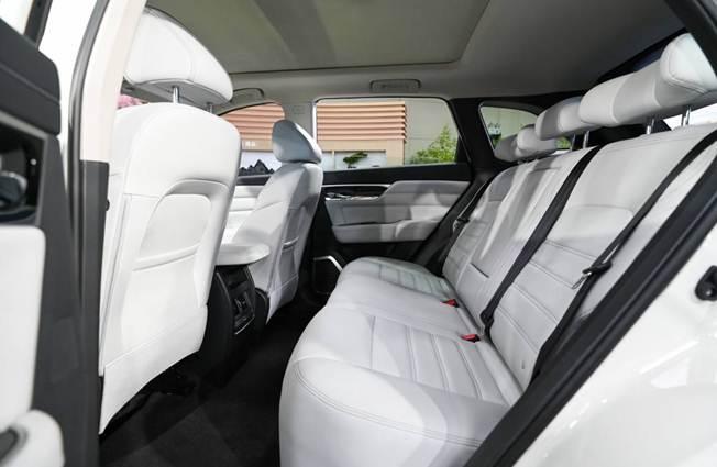 说明: 汽车座位上  描述已自动生成